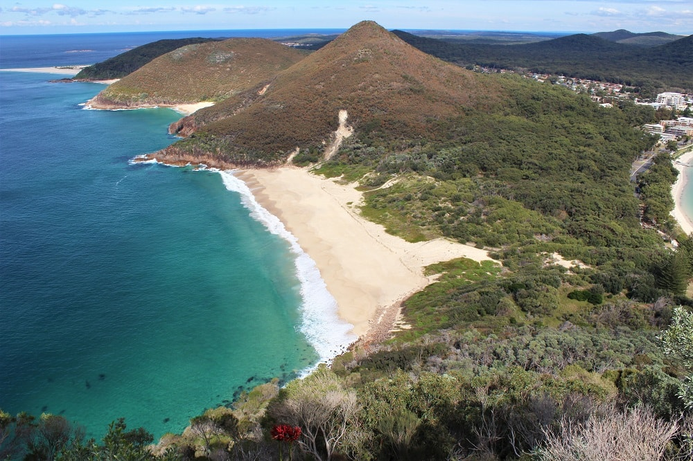 A useful Sydney to Brisbane drive itinerary to help plan your road trip along east coast Australia. Discover the most beautiful coastal attractions in NSW and Queensland that lie between the well-known drive stops such as Byron Bay and the Gold Coast. Find out the the distance and driving times between them, as well as costs and recommended campsites.